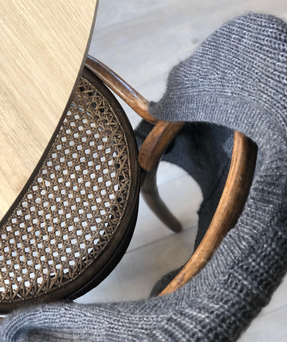 sweater over thonet stol